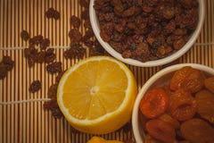 与干果子混合和柠檬的构成 库存图片