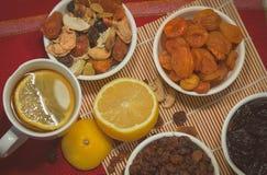 与干果子混合和柠檬的构成 图库摄影