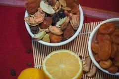 与干果子混合和柠檬的构成 库存照片