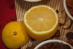 与干果子混合和柠檬的构成 免版税库存图片