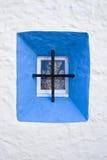 与干植物和概略的白色墙壁partl的地中海窗口 免版税库存图片