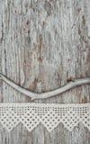 与干燥分支的葡萄酒在老木头的背景和鞋带 免版税库存照片