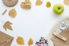 与干燥叶子、围巾、闹钟、信封和绿色苹果的秋天框架 秋天舱内甲板放置您的文本的大模型,上面 免版税图库摄影