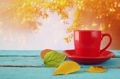 与干燥叶子和咖啡的秋天背景 免版税库存照片