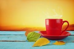 与干燥叶子和咖啡的秋天背景 库存照片