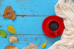 与干燥叶子和咖啡的秋天背景 免版税库存图片