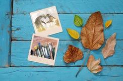 与干燥叶子和老照片框架的秋天背景 免版税库存照片