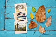 与干燥叶子和老照片框架的秋天背景 免版税库存图片