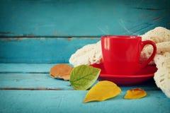 与干燥叶子热的咖啡的秋天背景 库存图片