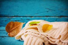 与干燥叶子的秋天背景在木桌上 免版税库存照片