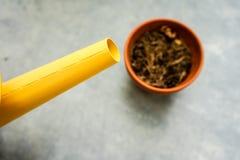 与干燥吨罐的黄色喷壶 图库摄影