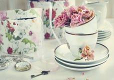 与干燥玫瑰的葡萄酒静物画 免版税库存照片
