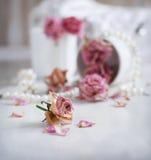 与干燥玫瑰的葡萄酒静物画 库存照片