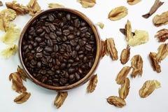 与干燥花的咖啡豆 库存照片