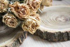 与干玫瑰的裁减木头;在裁减树的干燥玫瑰 免版税库存照片