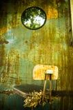 与干花的被放弃的椅子 免版税库存图片