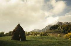 与干草堆的农村秋天Transylvanian山风景 库存图片