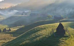 与干草堆的喀尔巴阡山脉的农村风景 免版税库存图片