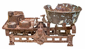 与平底锅和铁重量的老生锈的平衡标度 库存图片