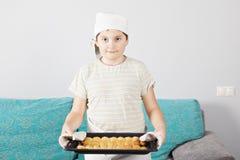 与平底锅的孩子新月形面包 免版税图库摄影