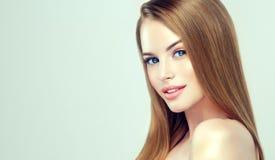 与平直,宽松发型的年轻俏丽的模型在头 理发、整容术和秀丽技术 免版税库存照片