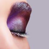 与平衡紫罗兰色紫色眼影和wh的女性闭合的眼睛 免版税图库摄影