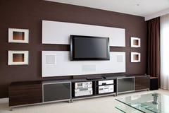 与平面屏幕电视的现代家庭影院室内部 免版税图库摄影