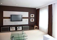 与平面屏幕电视的现代家庭影院室内部 免版税库存照片