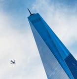 与平面飞行的世界贸易中心一号大楼 库存图片