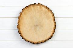 与年轮的树桩圆的裁减在木背景 与拷贝空间的顶视图 免版税图库摄影