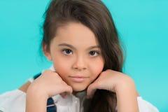 与年轻健康面孔皮肤的小女孩姿势 库存照片