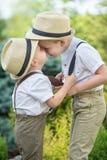与年轻男孩的大摊牌 儿童游戏,两个兄弟 免版税图库摄影