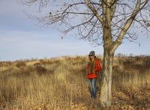 与年轻美丽的妇女的秋天风景 免版税库存照片