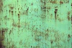 与年迈的腐蚀的老被风化的铁金属板 免版税库存照片