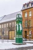 与广告的老clocktower在雪的洗衣粉的 免版税图库摄影