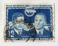 与庆祝德国苏联合作的图象的老蓝色东德邮票 库存图片