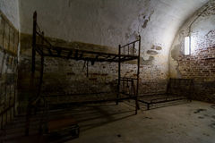 与床的细胞在堡垒13 Jilava监狱,罗马尼亚 免版税库存图片
