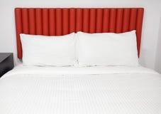 与床头板和枕头的床 免版税库存图片