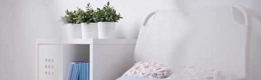 与床头板的简单的床 免版税库存照片
