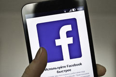 与应用Facebook的网页在智能手机 免版税库存图片