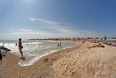 与度假者的城市海滩 别尔江斯克,乌克兰 免版税库存图片