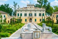 与庭院和雕象雷焦Emili的别墅安格拉外视图 库存图片