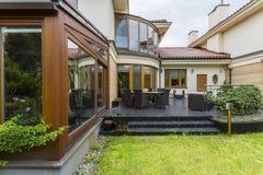 与庭院家具的典雅的别墅大阳台 库存照片