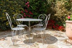 与庭院家具的开花的大阳台 免版税库存照片