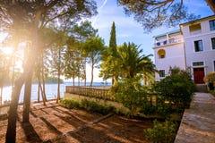 与庭院的海别墅 免版税库存图片
