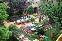 与庭院的热带别墅 库存图片