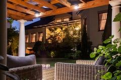 与庭院的美丽的住所 免版税库存图片