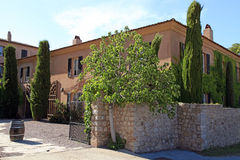 与庭院的美丽的豪宅在普罗旺斯,南法国 图库摄影