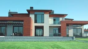 与庭院的豪华现代别墅 私有现代房子视图 影视素材