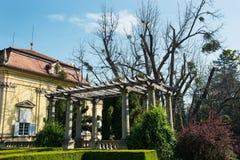 与庭院的Buchlovice城堡在春天 免版税库存照片